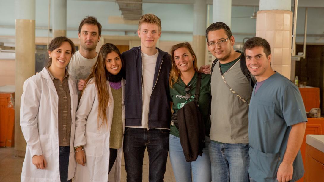 Des volontaires médicaux prennent une photo avec le personnel médical local en Argentine.